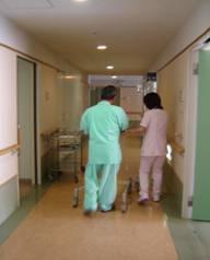 術後1日目で離床したした 患者様と共に歩行練習の様子